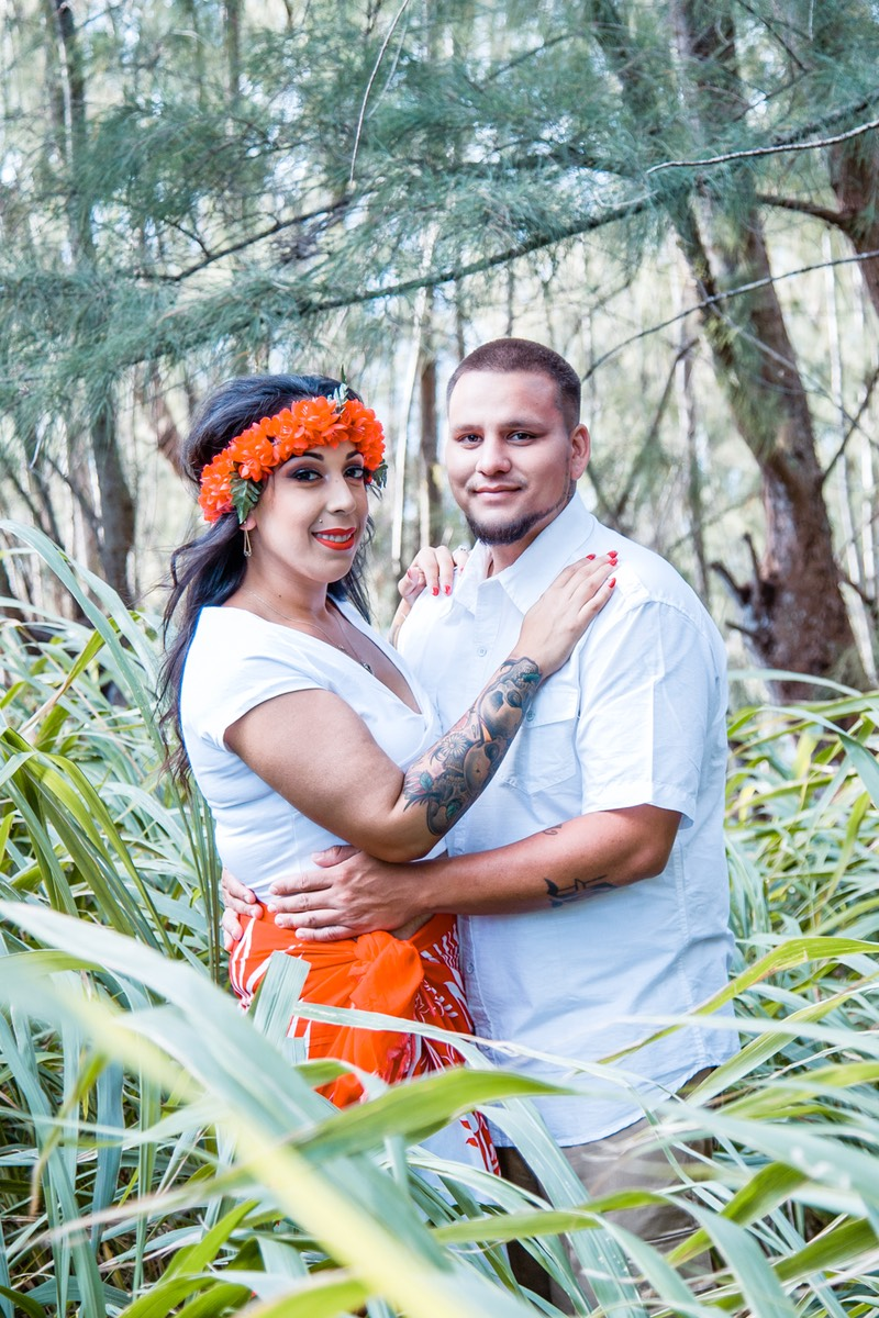 Kauai wedding photographer Difraser found some long grass on the bluff for this shot